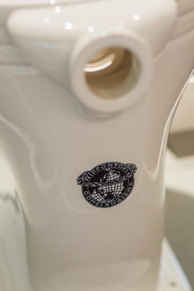TOTOミュージアムに展示されている国産初の腰掛式水洗便器背面ロゴ