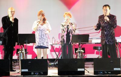 夕張市でコンサートを開いた北海道出身の歌手たち。左から松山千春さん・安倍なつみさん・大橋純子さん・細川たかしさん=2007年3月25日