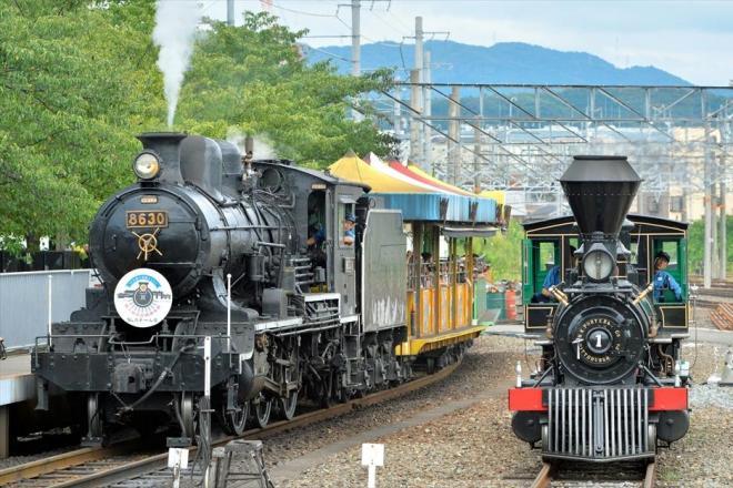 閉館前の特別企画で並んで走るSLスチーム号(左)と義経号=2015年8月22日、京都市下京区の梅小路蒸気機関車館、戸村登撮影