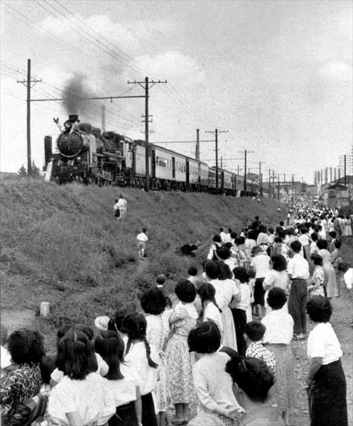 豊島岡葬場殿での告別式を終え、多摩東陵の祭場に向かう貞明皇后の棺を乗せた汽車=1951年6月22日