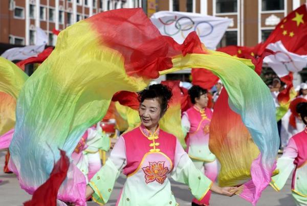 五輪開催決定を喜ぶ人々=2015年7月31日、河北省張家口