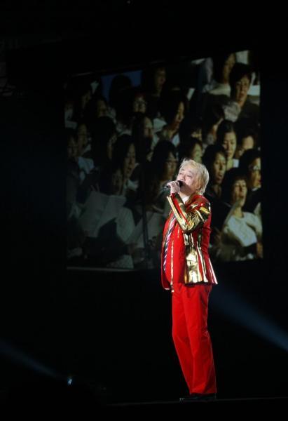 還暦を迎えた沢田研二さんのコンサート「人間60年・ジュリー祭り」=2008年11月29日、京セラドーム大阪