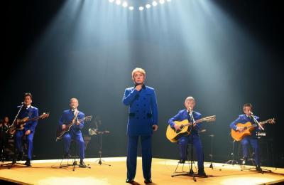 沢田研二さん(中央)と「ザ・ワイルドワンズ」。右から2人目は加瀬邦彦さん=2010年2月8日、東京・渋谷のNHK