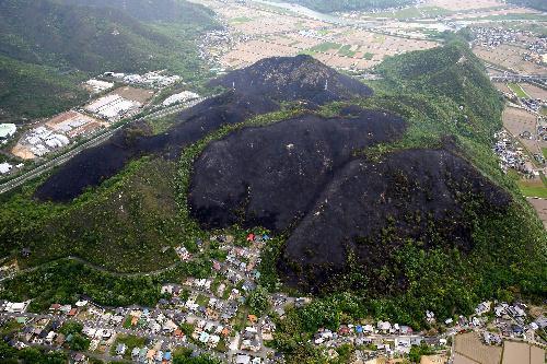 兵庫県赤穂市で発生した山火事。火や煙もほぼ収まり黒く焦げた山肌=2014年5月11日