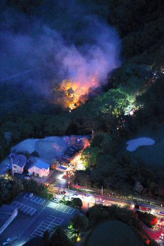 炎を上げて燃えるゴルフ場近くの山林=2014年5月11日、兵庫県西宮市と宝塚市境付近、本社ヘリから、橋本弦撮影