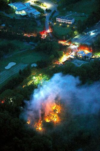 炎を上げて燃えるゴルフ場近くの山林=2014年5月11日、兵庫県西宮市と宝塚市境付近