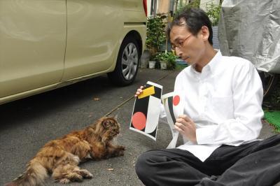 道ばたで出会った猫に、五輪エンブレムの問題を聞く中川淳一郎氏