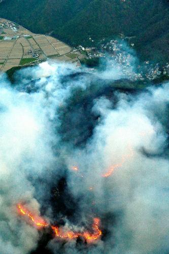 兵庫県赤穂市で発生した山火事。住宅地のすぐ近くで炎と煙を上げて燃える山林=2014年5月11日