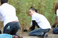 福島県二本松市で草むしりをする中島美嘉さん=RockCorps supported by JT 実行委員会提供