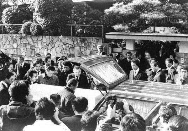 山口組の組員らに迎えられ、吹田署から先代田岡組長邸に戻ってきた4代目竹中正久組長の棺=1985年1月28日