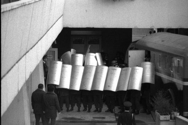 山口組の幹部3人殺害犯の1人長野修一が拘留尋問を受けるため大阪地裁に入るとき、狙撃を警戒してつくられた機動隊員による盾の壁=1985年1月28日