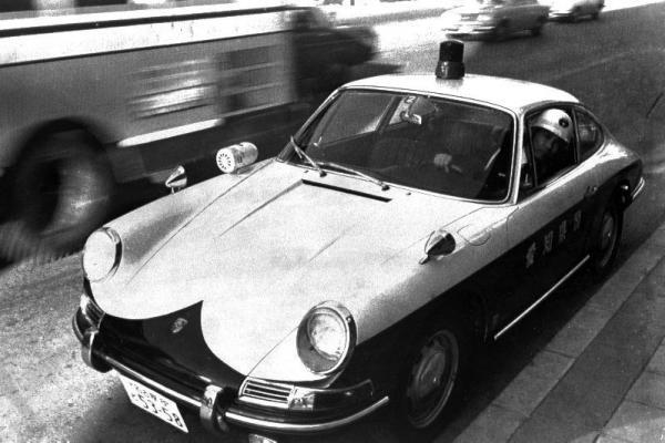 愛知県警のポルシェのパトカー=1967年2月