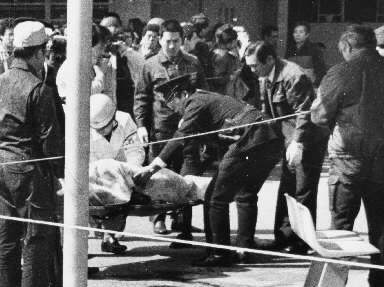 高知市の市営競輪場で暴力団一和会系組員3人が短銃で撃たれ死傷。射殺された組員を収容する捜査員たち=1985年2月23日