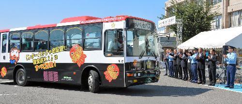 特殊詐欺防止のために作られたパトカー柄のバス=2014年9月、滋賀県甲賀市