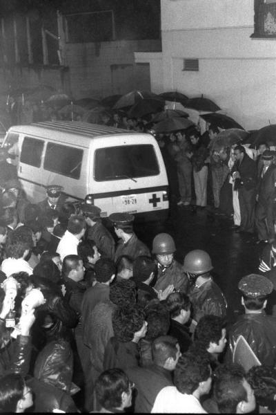 組員らに見送られ、警察病院から吹田署に向かう山口組4代目竹中正久組長の遺体を乗せた車=1985年1月28日