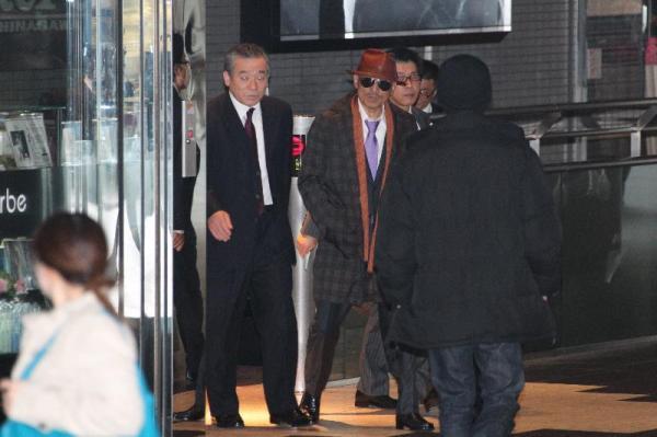 JR品川駅に着いた山口組の篠田建市組長(中央)。警察官も周辺を警戒し、物々しい雰囲気に=2011年4月9日、東京都港区