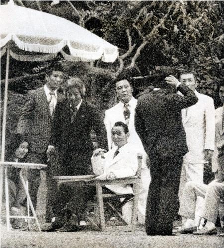 直系の組員・家族とガーデンパーティーを開いた田岡一雄・山口組三代目組長(中央)=1977年8月5日