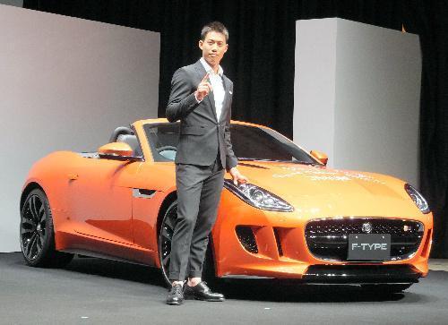 ジャガー大使になった錦織選手と、ジャガーのスポーツカー「Fタイプ」=2014年9月17日、東京都港区