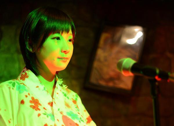 怪談師の山口綾子さん。怪談ライブ中は真剣そのもの