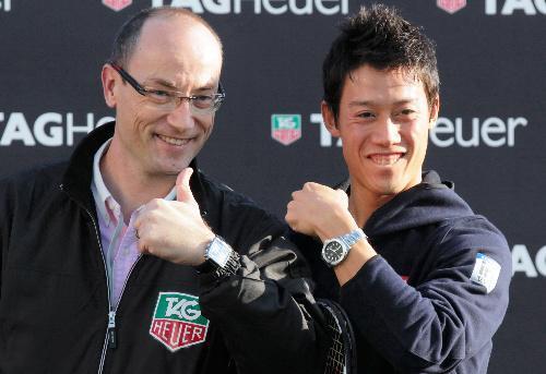 錦織選手(右)には、アンバサダー契約を交わすタグ・ホイヤー社から新しい時計が贈られた=2014年11月21日、竹谷俊之撮影