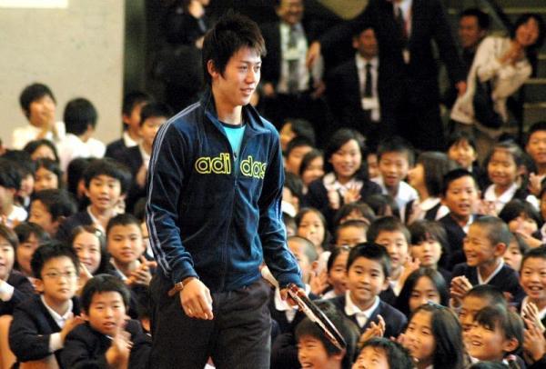 児童の拍手に迎えられて入場する錦織選手=2008年11月13日