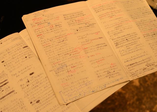 細かい字でびっしり埋め尽くされた山口さんのノート。表現方法は何度も推敲を重ねる=長谷川健撮影