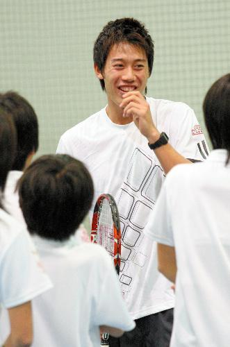 テニス教室で、子供たちに話す錦織選手=2009年2月28日