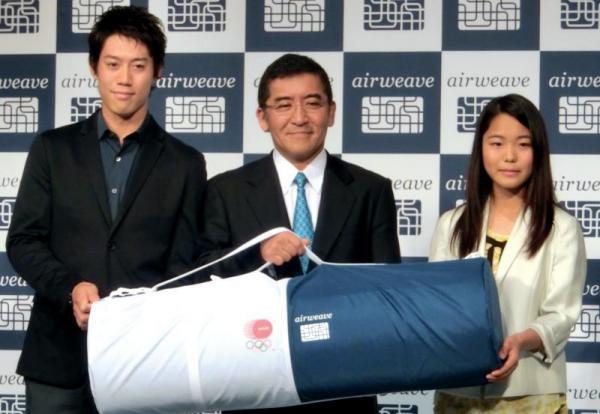 マットレスの新製品発表会に登場した高梨(右端)と錦織選手(左端)。中央はエアウィーヴの高岡社長=2013年9月26日