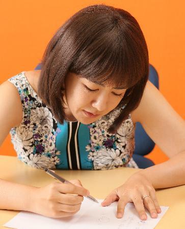 イラストで脳の構造について説明する中野信子さん=安冨良弘撮影