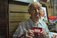 人民解放軍のバッチを手にする小林寛澄さん。95歳になった今年、北京で開かれる軍事パレードに日本人として招待された