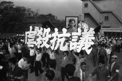 死亡した東大生の樺美智子さんを悼む合同慰霊祭で、現場となった国会南通用門まで行進する参加者