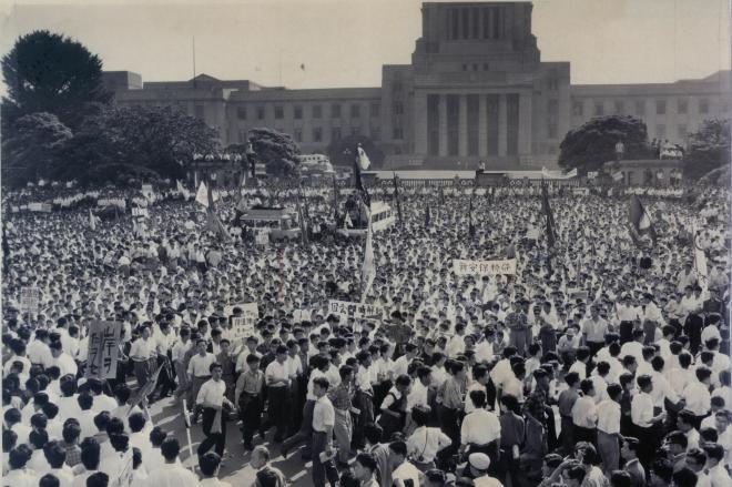 東大生樺美智子さんが死んだ後、国会議事堂前で、連日、気勢をあげる全学連主流派=1960年6月17日
