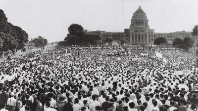 岸内閣の退陣を求めるデモ=1960年6月17日