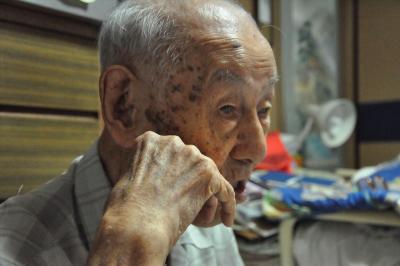 中国での軍隊経験を語る小林さん