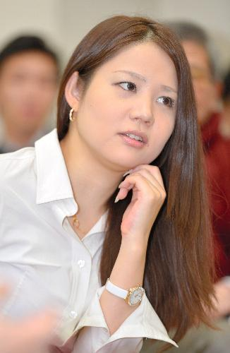 学生時代を過ごした慶応SFC福田和也研究室で講義する鈴木涼美さん。学生に自身のこれまでの体験を話した=2015年1月9日、、瀬戸口翼撮影
