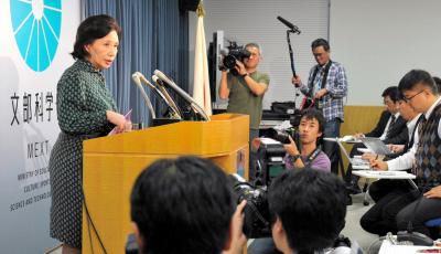 田中真紀子文科相が翌春に開学予定だった3大学の新設を一時不認可。「大学の乱立に歯止めをかけて、教育の質を向上させたい」と意図を語った=2012年11月6日