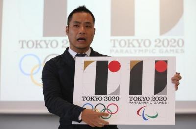 8月5日にあった会見でエンブレムのデザインの過程を説明する佐野研二郎氏