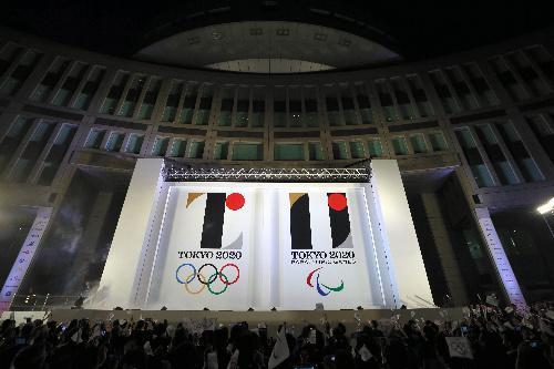 発表された東京五輪・パラリンピックのエンブレム=2015年7月24日、東京都新宿区の東京都庁、林敏行撮影