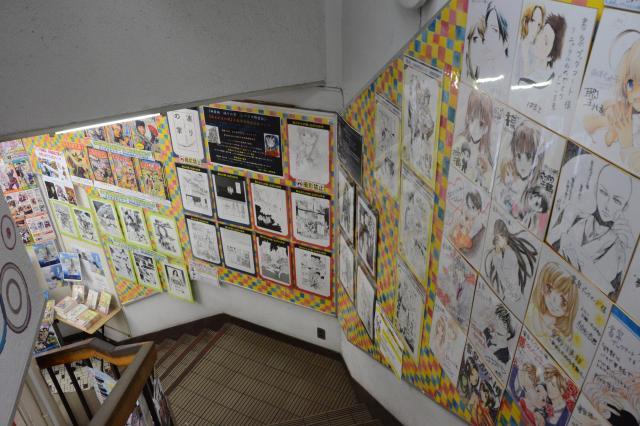 たくさんの複製原画やサインなどが展示されている=長谷川健撮影