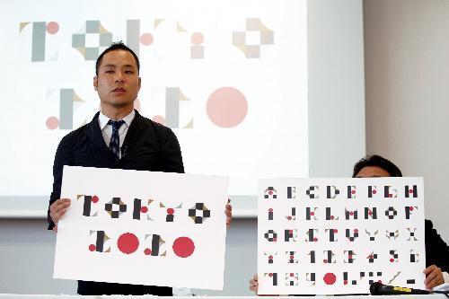記者会見で、エンブレムのデザインに関連したアルファベットや数字の展開について話す佐野研二郎氏=2015年8月5日、東京都港区、林敏行撮影