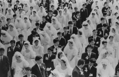 韓国・ソウルのオリンピックスタジアムで行われた統一教会主催の国際合同結婚式。世界各国から2万組4万人が参加した=1992年8月25日