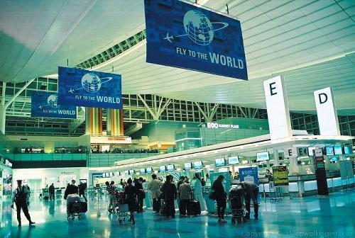 外国人女性がブログに掲載した東京・羽田空港の写真=「SLEEPWALKING IN TOKYO」から