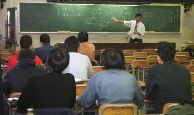 大学生を相手に、予備校講師による「高校補習」=2000年