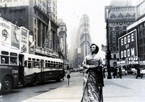 【1950年】ニューヨークのタイムズスクエアを着物姿で歩く女優の山口淑子さん