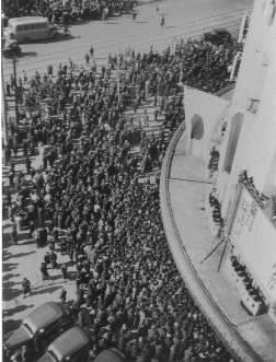 【1941年2月】満映スター李香蘭(山口淑子)さんの日劇初出演に押しかけた大観衆で劇場周辺が混乱し、警官が出動する騒ぎになった