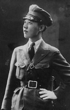 【1933年2月】熱河省の自警団「熱河民国連合定国軍」総司令の川島芳子さん。中国清朝末期の王族、粛親王の王女として生まれ、満蒙独立運動の川島浪速の養女となり、9歳で来日。清朝再興を期して日本軍の特務機関・田中隆吉少佐と知り合い、戦時中、情報活動にあたった。男装の女間諜(スパイ)として知られたが、戦後は漢奸(中国の売国奴)として捕らえられ、1948年3月