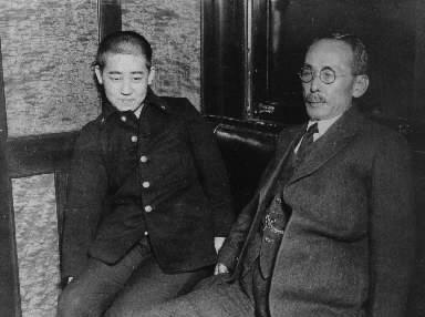 【1925年11月30日】満蒙独立運動家の川島浪速さん(右)と早稲田中学の制服姿に男装した養女の川島芳子さん