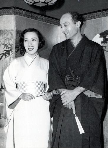 結婚披露宴の映画スター・山口淑子さんと、彫刻家のイサム・野口さん