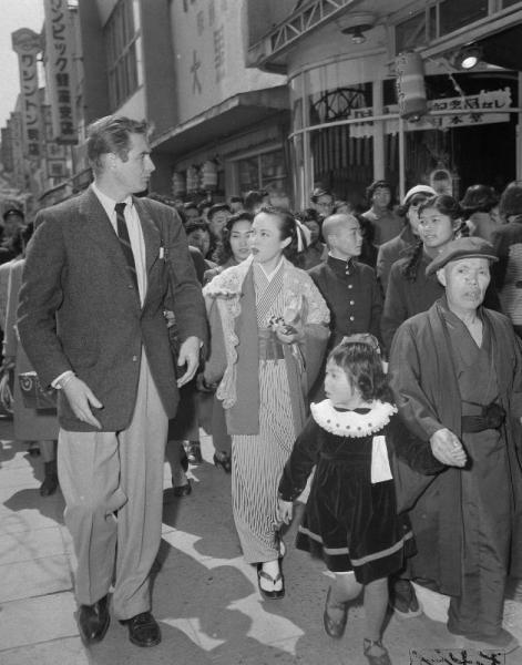 【1953年4月1日】銀座を散策するハリウッド映画スターのドン・テーラーと、「東は東で」で競演した女優の山口淑子さん