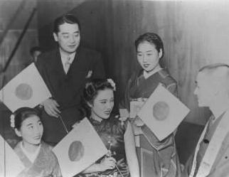 【1940年12月】臨時大津陸軍病院講堂の楽屋ではにかむ満映スター李香蘭(山口淑子)さん